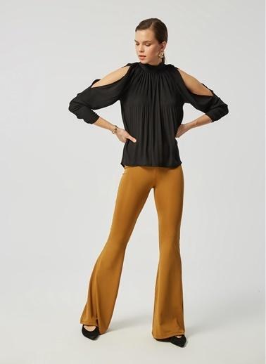 Monamoda Piliseli Omuzları Açık Şifon Bluz Siyah